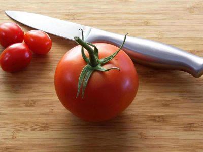 coltello e pomodoro